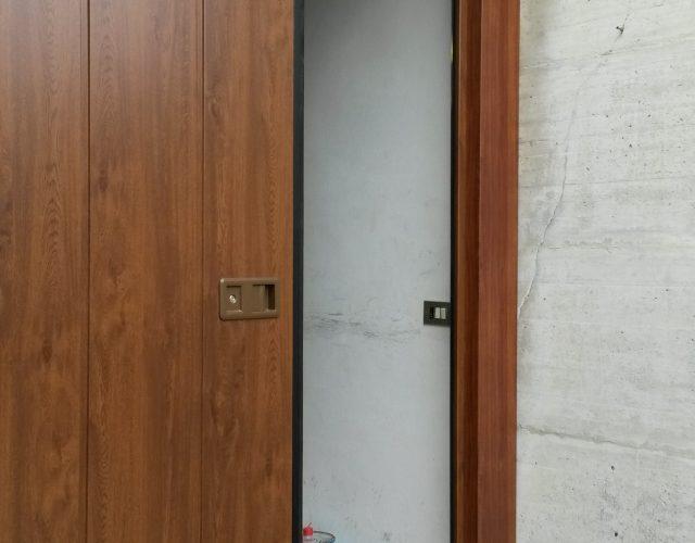 Particolare portone garage legno